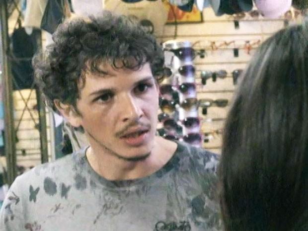 Elivaldo não gosta nada das técnicas de venda de Tuane (Foto: TV Globo)