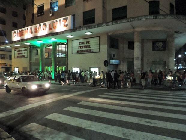 Muita gente reclamou do desconforto durante a espera pela abertura do Cine São Luiz. (Foto: Katherine Coutinho / G1)
