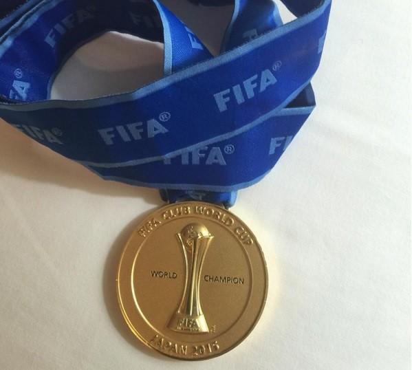 Dona Nadine postou foto da medalha do filho Neymar