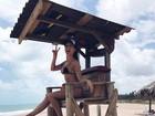 Flávia Viana posa de 'salva-vidas' e exibe corpaço em dia de praia