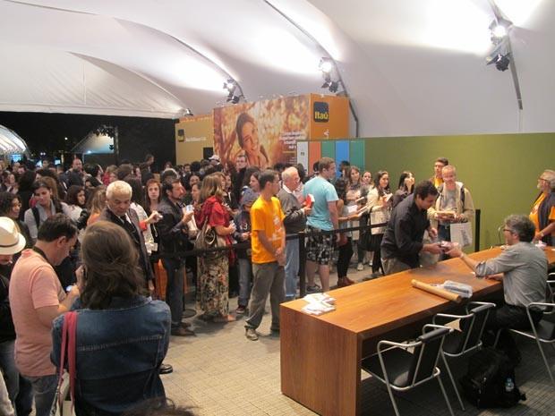 Sessão de autógrafos com Jonathan Franzen reúne mais de 70 pessoas na Flip (Foto: Daniel Buarque/G1)