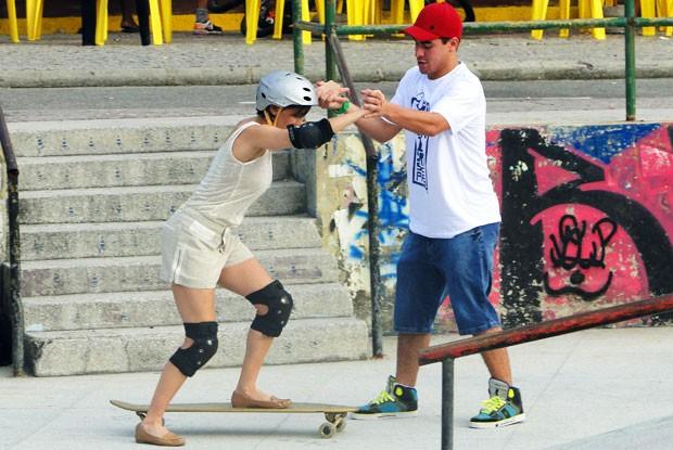Giovana fica com receio de namorar um jovem, mas ele faz de tudo para conquistá-la (Foto: Louco por Elas/TV Globo)