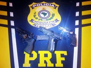 trio é preso com armas e munição na Serra de Petrópolis (Foto: Divulgação/PRf)