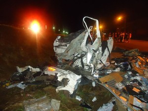 Caminhão ficou completamento destruído (Foto: PRF/Divulgação)