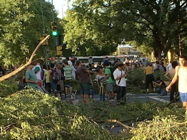 Protesto bloqueou o trânsito na região do Gasômetro na tarde desta quinta (Foto: reprodução/RBS TV)