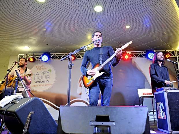 """Dado Villa-Lobos acompanhado por baterista e violonista durante lançamento do livro """"Memórias de um legionário"""" em Brasília (Foto: André Zímmerer/Divulgação)"""