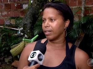 Empregada doméstica se diz preocupada com infestação de caramujos (Foto: Reprodução/TV Santa Cruz)