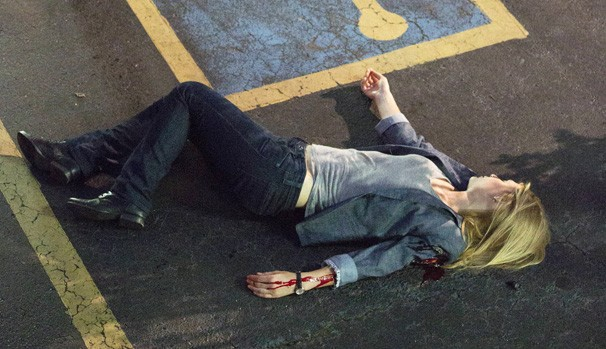 Na perseguição a Franklin (Jason Butler Harner), Quinn (Rupert Friend) - a mando de Dar Adal (F. Murray Abraham) - atira em Carrie (Claire Danes) para detê-la (Foto: Divulgação/Reprodução)
