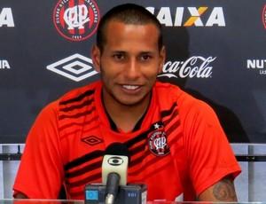 Goleiro Rodolfo, do Atlético-PR, no CT do Caju (Foto: Fernando Freire)