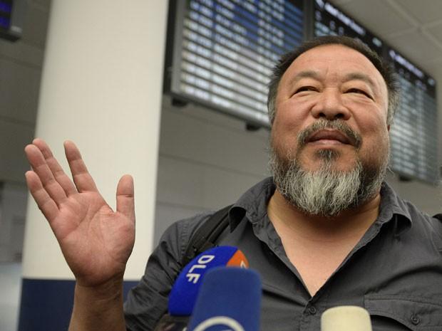 O artista chinês Ai Weiwei dá entrevista na saída de aeroporto em Munique, na Alemanha, após chegar da China, em 30 de julho de 2015 (Foto: Christof Stache/AFP)