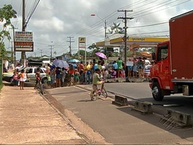 Parte da rodovia Arthur Bernardes interditada por manifestantes reivindicando saneamento básico para seus bairros