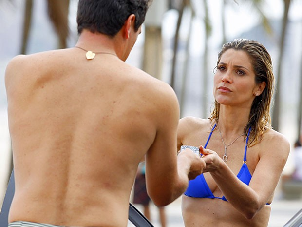 Ainda na praia, Érica pede explicações de Théo (Foto: Salve Jorge/TV Globo)
