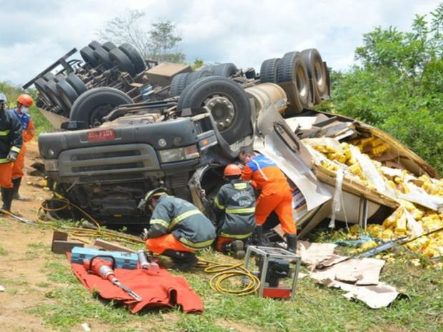 Acidente deixa duas pessoas mortas e outras duas feridas na BA-265, próximo a Vitória da Conquista (Foto: Anderson Oliveira / Blog do Anderson)