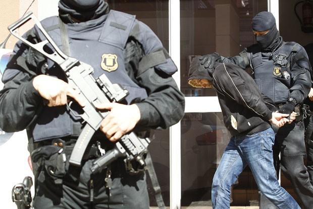 Suspeito de ligação com grupos do Estado Islâmico é preso durante operação policial contra jihadistas em Sabadell, na região da Catalunha, na Espanha (Foto: Quique García/AFP)