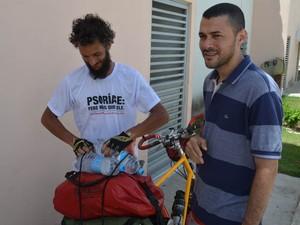 Paulin (à esquerda), foi convidado para se hospedar na casa de Carlos por dois dias, em João Pessoa (Foto: Andréia Martins/G1 PB)