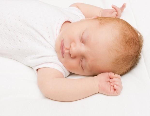 Vista o bebê com pijamas frescos e mantenha o quarto arejado (Foto: THINKSTOCK)