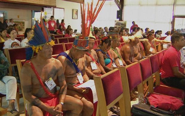 Índios na conferência de saúde em Macapá. (Foto: Reprodução/TV Amapá)
