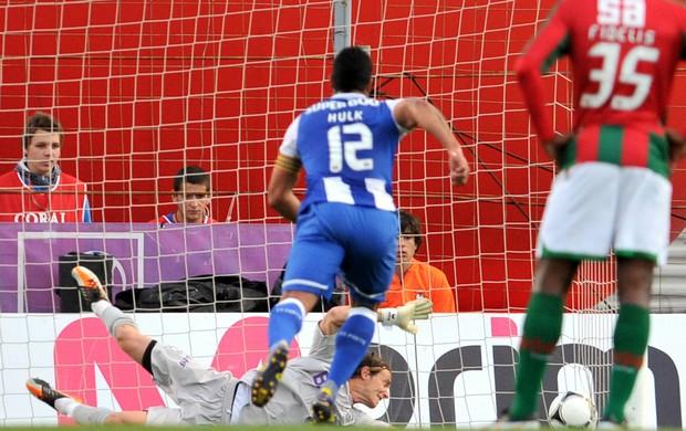 Hulk pênalti Marítimo x Porto (Foto: AP)