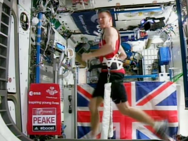 Britânico Tim Peake percorre 42 km amarrado a esteira no espaço (Foto: AGENCIA ESPACIAL EUROPEA/AP)