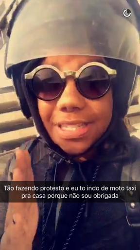 Ludmilla foge de trânsito no Rio com mototáxi (Foto: Reprodução / Snapchat)