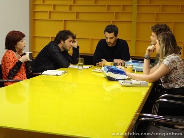 Fabinho volta à agência e tenta atender pedido de Natan para campanha publicitária (Foto: Sangue Bom/ TV Globo)