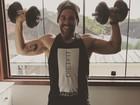 Leandro Hassum mostra os músculos durante exercícios