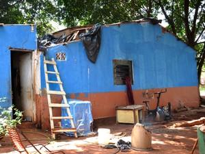 Casa teve um dos cômodos destruído pelo fogo. (Foto: Gustavo Arakaki/G1 MS)