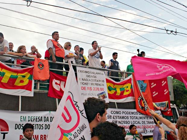 Representantes dos movimentos subiram ao trio elétrico para manifestar suas reivindicações (Foto: Tiago Melo/G1 AM)