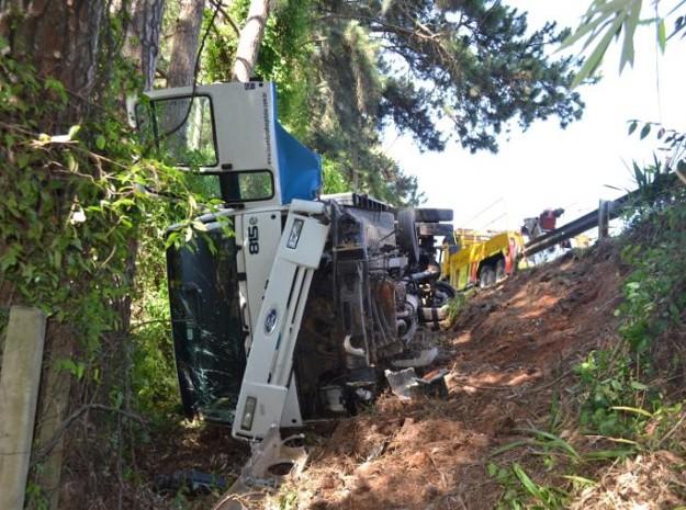 Veículo ficou danificado, mas ninguém se feriu (Foto: São Roque Notícias)