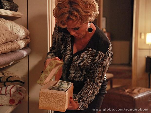 Bárbara fica passada com o tanto de dinheiro que a filha guarda  (Foto: Ellen Soares/TV Globo)