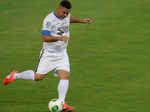 Ronaldo bate bola antes do jogo (Foto: Vanderlei Almeida / AFP)