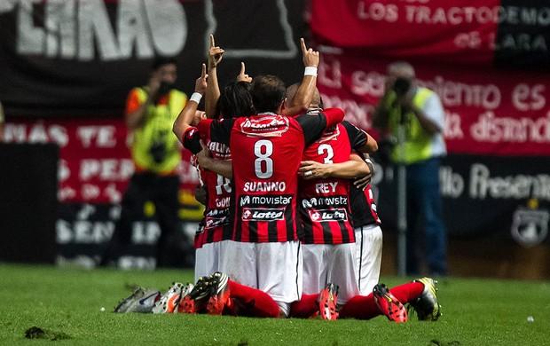 jogadores do Deportivo Lara comemoram gol sobre o Newell's Old Boys (Foto: EFE)