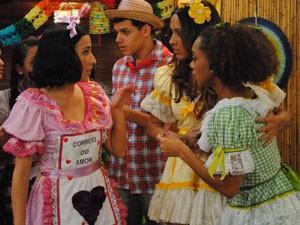 Timtim e Tamtam tentam descobrir quem é o admirador secreto (Foto: Malhação / Tv Globo)