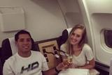 """Rec�m-casado, Mineirinho brinda com esposa no avi�o: """"Primeiro, lua de mel"""""""
