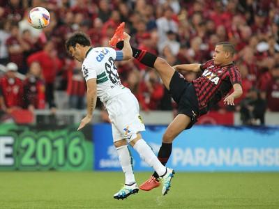 atlético-pr x coritiba paranaense atletiba (Foto  Giuliano Gomes PR Press) 54b80361ea8f1