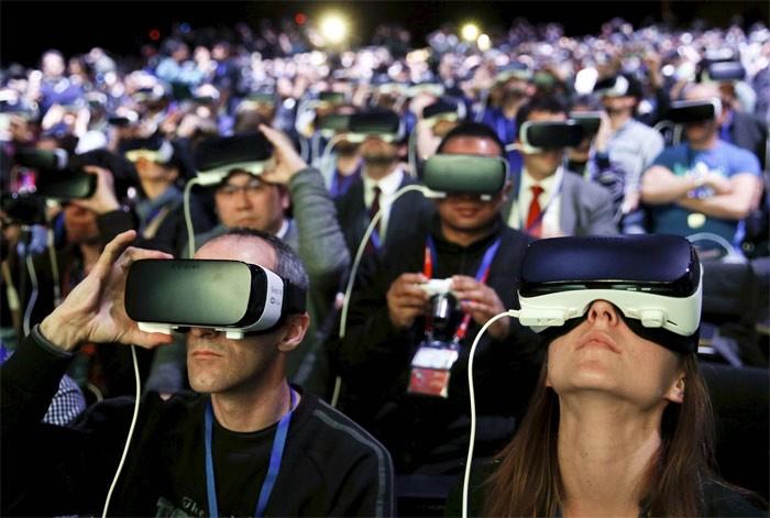 Plateia usa óculos Samsung Gear VR na cerimônia de lançamento do novo smartphone S7 e S7 edge no Congresso Mobile World em Barcelona, na Espanha