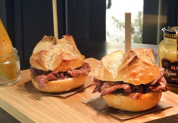 Sanduíche de porco preto do Tasca da Esquina: pasta de alho, picles de manga, paleta de porco preto temperada no pão português (Foto: Divulgação)