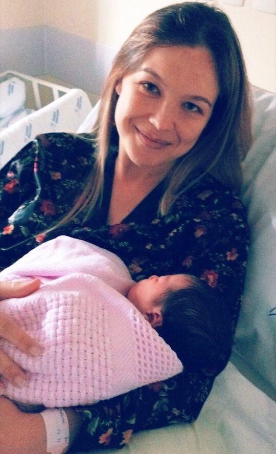 Vanessa com a filha na maternidade (Foto: RBS TV/Divulgação)