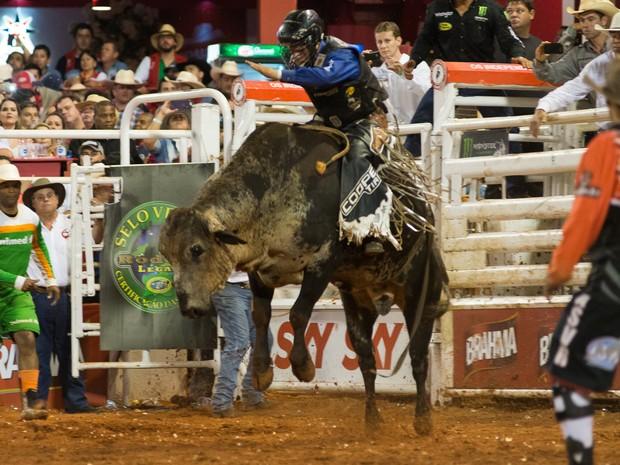 Kaíque Pacheco faturou a fivela de campeão do Rodeio Internacional de Barretos (Foto: Érico Andrade/G1)