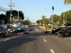 Carros batem e derrubam poste em cruzamento na Serra, ES