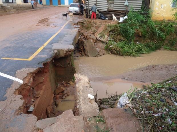 As chuvas provocaram estragos em várias ruas com a destruição de parte do asfalto. (Foto: Divulgação/Assessoria da prefeitura)