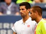 Djokovic passa às oitavas depois de russo desistir com 31 minutos de jogo
