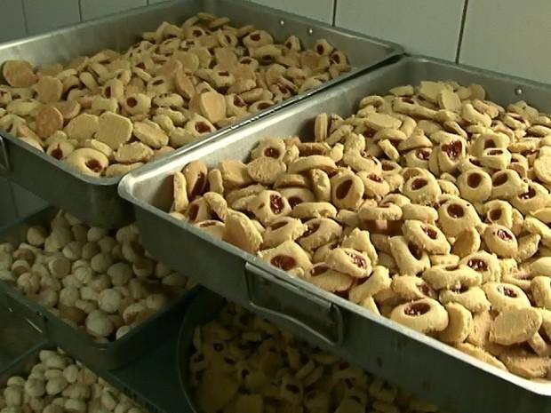 Jovens produzem pãos, broas, rosquinhas, salgados e bolos. (Foto: Reprodução/ TV Asa Branca)