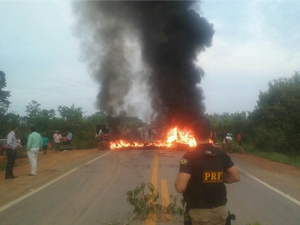 Produtores rurais interditam BR-364 sentido quilômetro 80, no distrito de Jacy-Paraná (Foto: PRF/Divulgação)