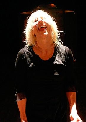 """Cena da peça """"Preferiria, Não?"""", estrelada por Denise (Foto: Thais Stoklos)"""