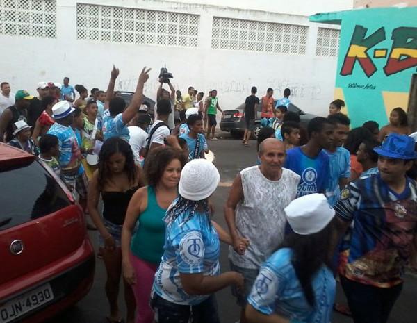 Após a apuração, representantes da Turma do Quinto saíram em cortejo para comemorar a conquista (Foto: João Ricardo Barbosa/G1)