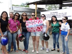 Amigas foram até à escola para espera Otávia chegar (Foto: Paula Cavalcante/ G1)
