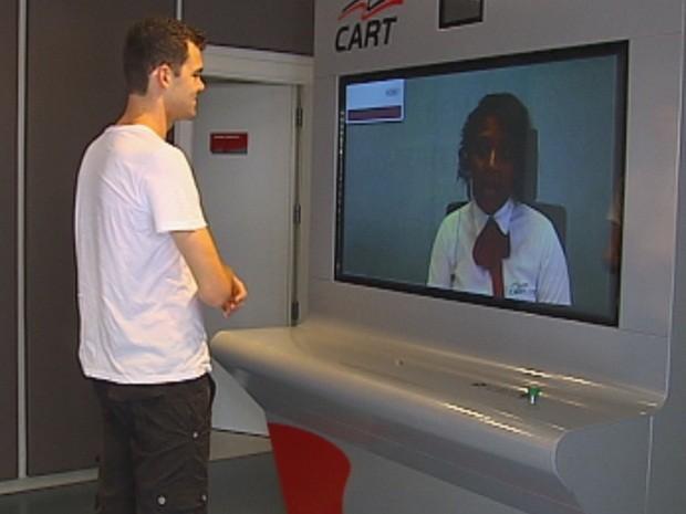 Usuário da estrada pode tirar dúvidas com ajuda de vídeo conferência (Foto: Reprodução/TV TEM)
