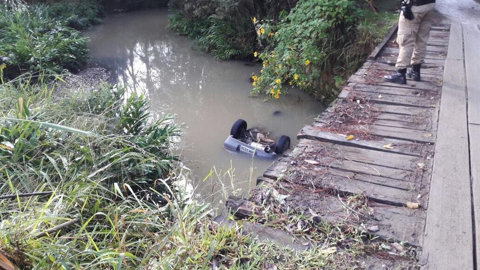 Homens foram encontrados mortos em veículo (Foto: Divulgação)