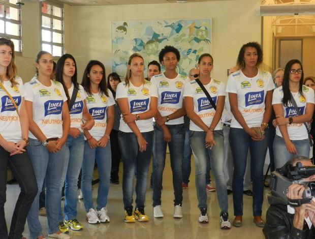 Atletas e comissão do Praia Clube se emocionam em visita à AACD (Foto: Caroline Aleixo/G1)